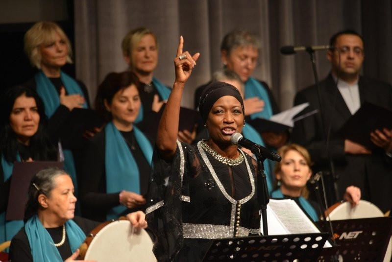 Dünyaca ünlü şarkıcı Della Miles ilahiyle okudu