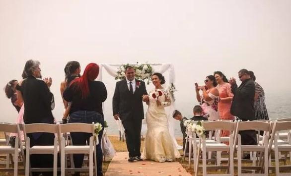 Afetin ortasında düğün yaptılar