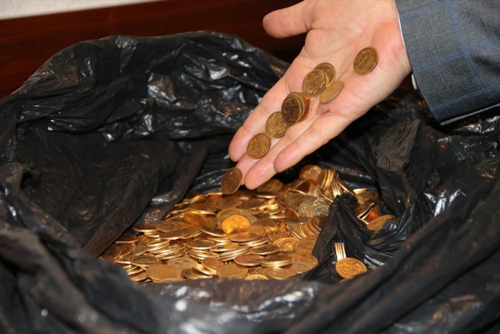 Temizlik görevlileri, otel odasında 7 kilo tarihi altın para buldu