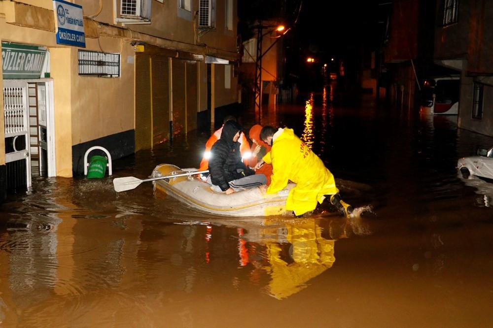 Adana'da sağanak nedeniyle evlerinde mahsur kalanlar botla kurtarıldı