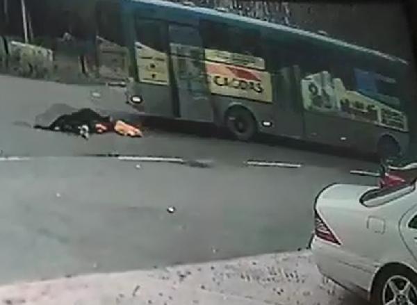 Otobüsten düşen kadın hayatını kaybetti