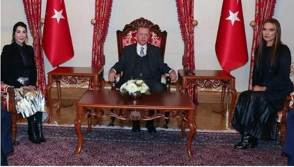 Demet Akalın'ın Cumhurbaşkanı Erdoğan ziyaretindeki eteği olay oldu