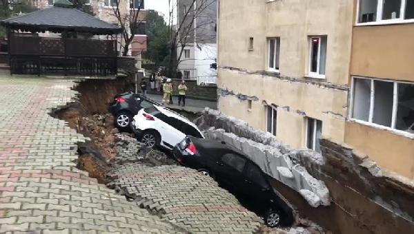 İstanbul'da istinat duvarı çöktü ! Araçlar çukura düştü