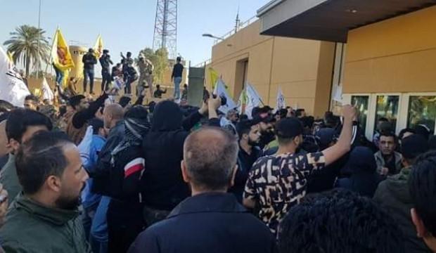 Yüzlerce kişi ABD Büyükelçiliği'ni bastı