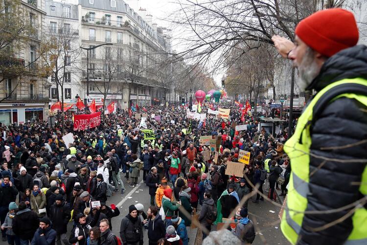 Fransa'da büyük kriz ! Sokaklar savaş alanına döndü
