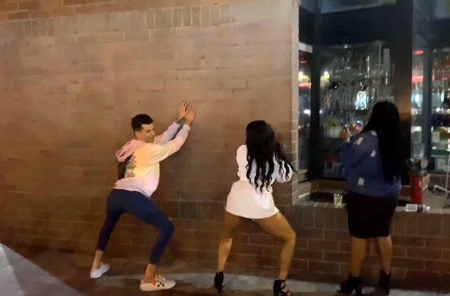Kerimcan Durmaz'dan sokak ortasında kalça dansı