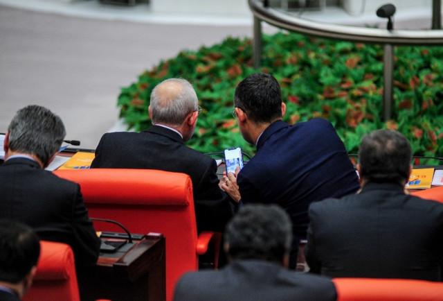 CHP'li Özel'in, Kılıçdaroğlu'na gösterdiği fotoğraflar merak konusu oldu