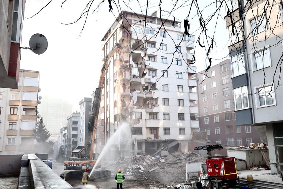 Yıkımına başlanan binanın enkazından midye ve salyangoz kabuğu çıktı