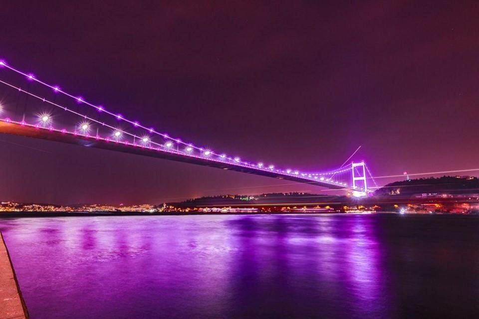 İstanbul'un köprüleri mora büründü