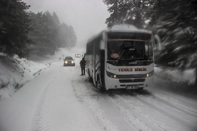 Kar yağışı bastırdı, onlarca araç mahsur kaldı