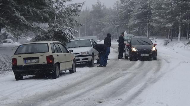 Kazdağları'nda kar esareti ! Araçlarını terk ettiler