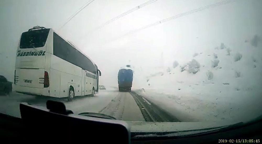 Otobüs ile otomobil kafa kafaya böyle çarpıştı