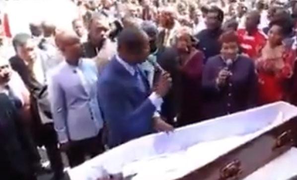 Papaz herkesin önünde ''ölüyü diriltti''