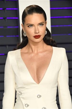 Adriana Lima güzelliğiyle büyüledi