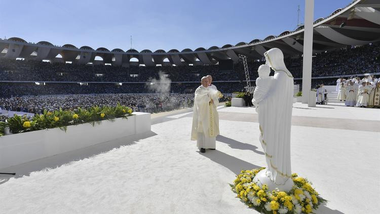 Papa'dan bir ilk ! BAE'deki ayini yönetti