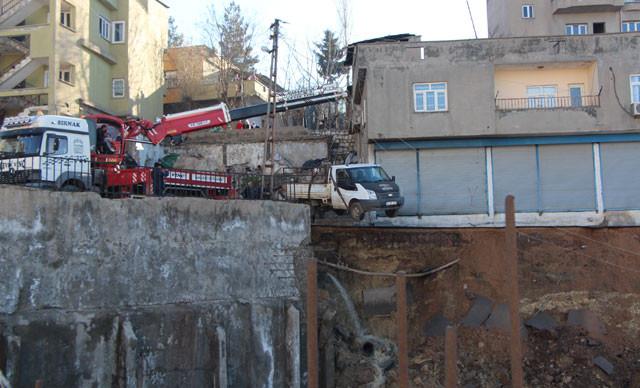 Felakete ramak kaldı! İstinat duvarı çöktü, çevre binalar boşaltıldı