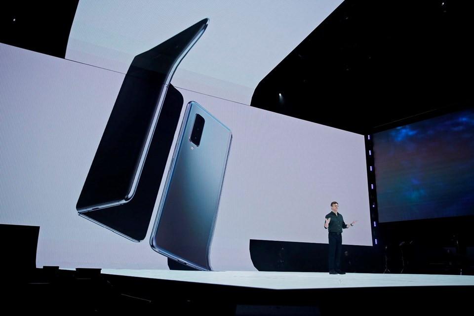 Samsung'un katlanabilir telefonu Türkiye'de satışa çıkıyor