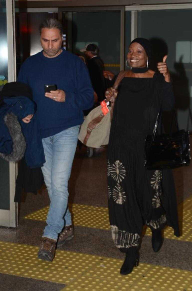 Amerikalı siyahi şarkıcı Della Miles İstanbul metrosunda