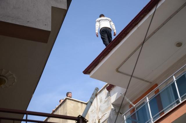 Cezaevi firarisi çatıya çıktı, intihara kalkıştı