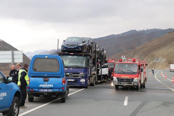 Sıfır kilometre otomobiller alev alev yandı
