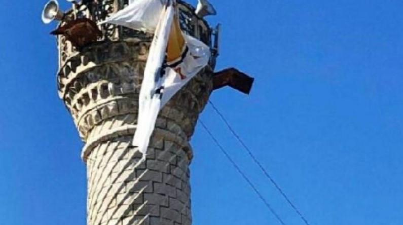 Cami minaresine AK Parti bayrağı asıldı