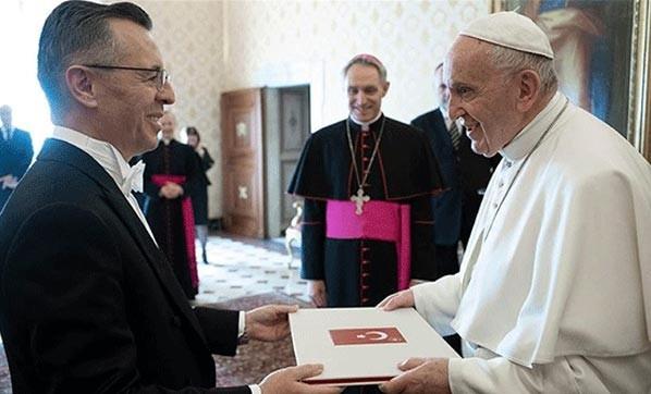 Büyükelçi Göktaş Papa'ya güven mektubunu sundu