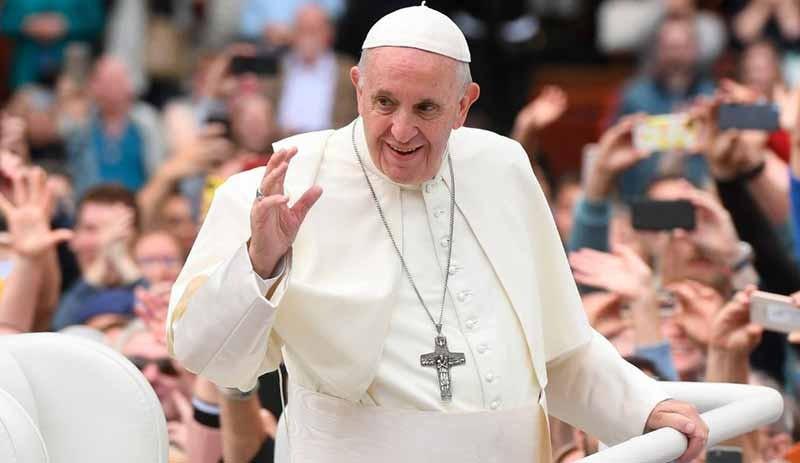 Papa elini neden öptürmüyor ? Nedeni belli oldu
