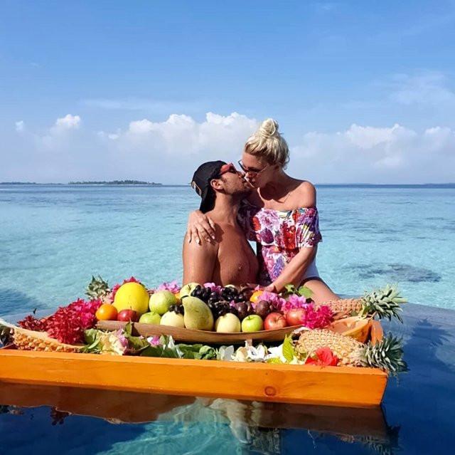 Ünlü çiftin dudak dudağa fotoğrafı olay yarattı