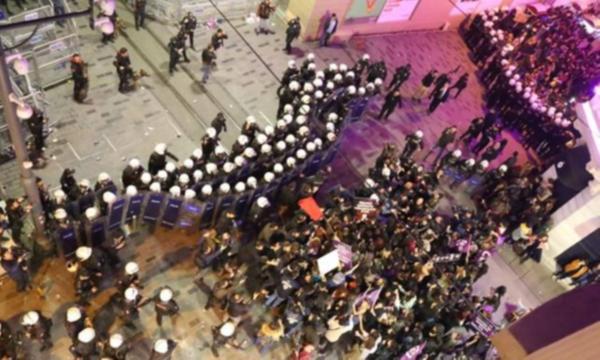 İstiklal'de feminist yürüyüşüne polis müdahalesi !