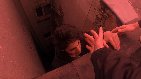 Nişantaşı'nda binanın çatısına tırmanan gençlerin tehlikeli oyunu kamerada
