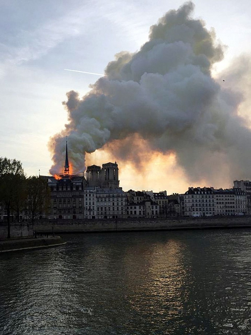 Tarihi Notre Dame Katedrali'nde yangın