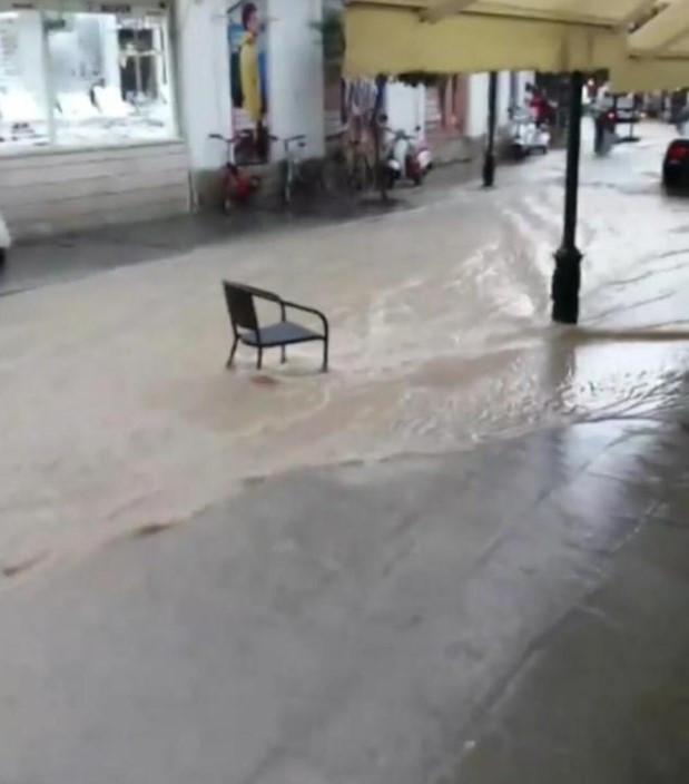 İzmir'i sağanak yağış ve hortum vurdu