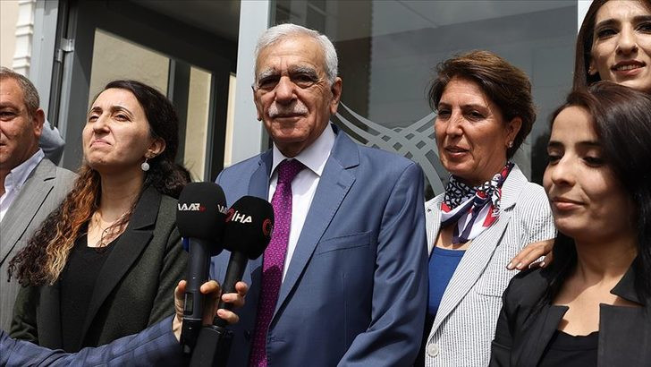 Mazbatayı alan HDP'li Ahmet Türk İstiklal Marşı'nı unuttu