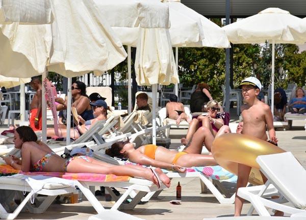 Marmaris'e yaz geldi; plajlar doldu !