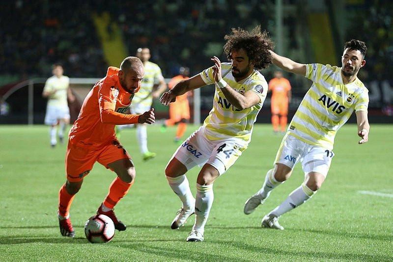 Fenerbahçeli futbolcular soyunma odasında dürüm mü yedi ?