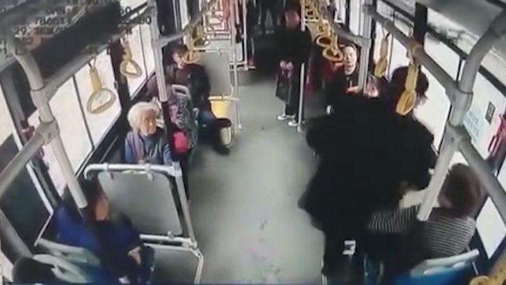Yaşlı adam, kendisine yer vermeyen kadına öyle bir şey yaptı ki...
