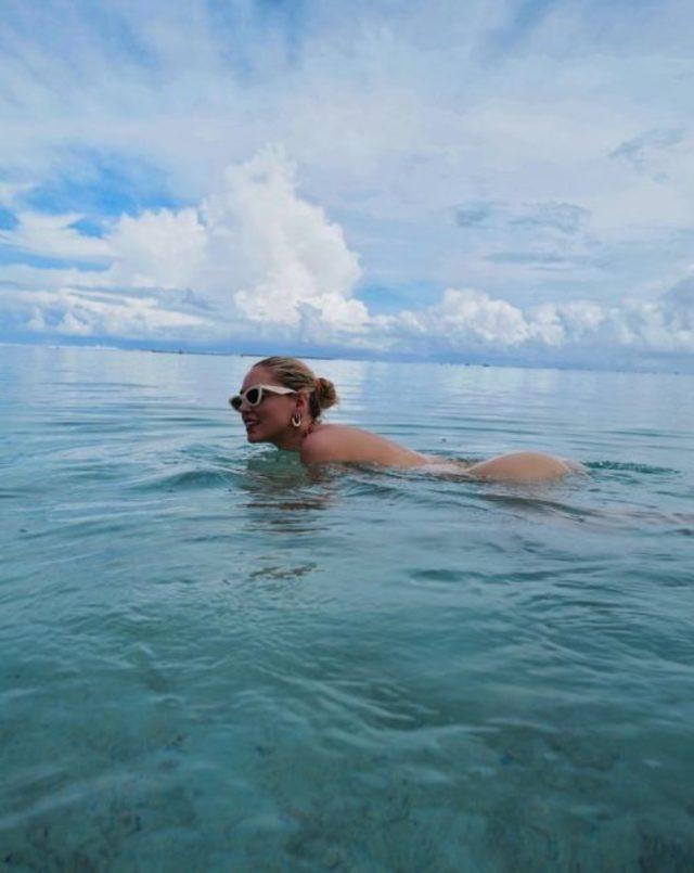 Ünlü bloggerlar tatil cennetinde çırılçıplak!
