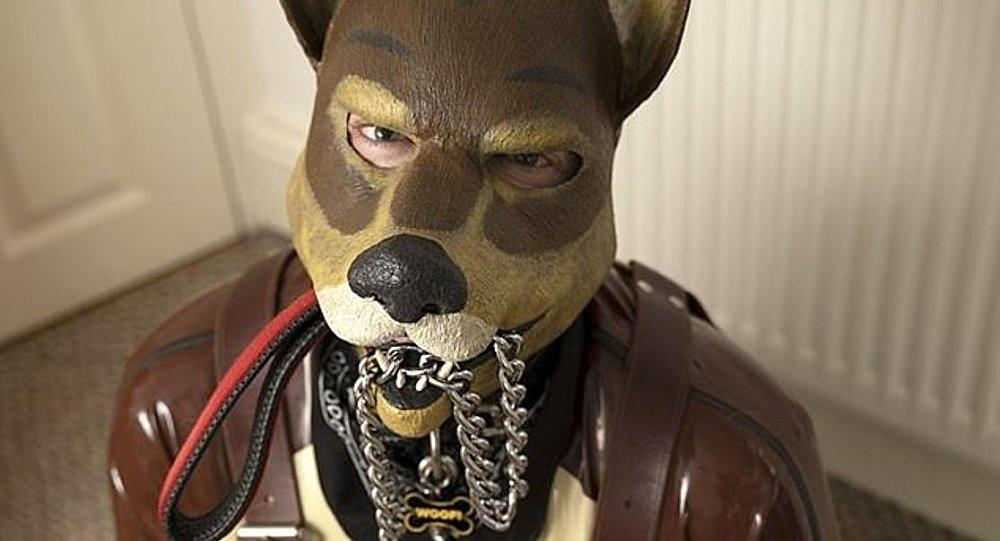 Köpek gibi yaşamaya başladı: ''Havlıyor, yemeğini mama kabından yiyor''