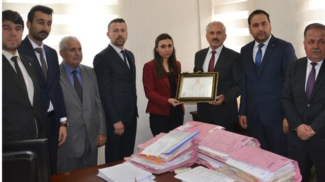 Belediye başkanı seçilen Adil Öksüz'ün kuzeni mazbatasını aldı