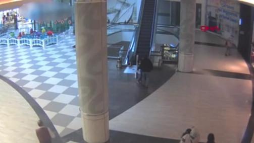 İstanbul'un lüks AVM'sinde yürüyen merdiven dehşeti kamerada