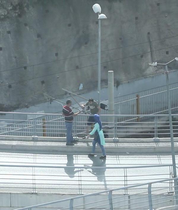 Polisten kaçarken köprüden atlayan genci kollarından yakaladı
