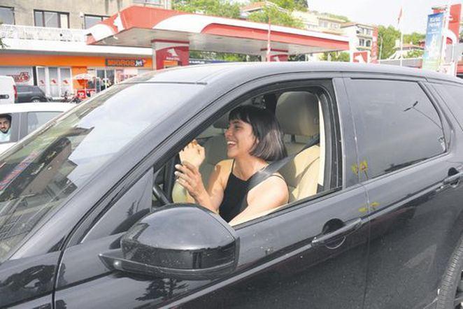 Zehra Çilingiroğlu lüks otomobiliyle şov yaptı