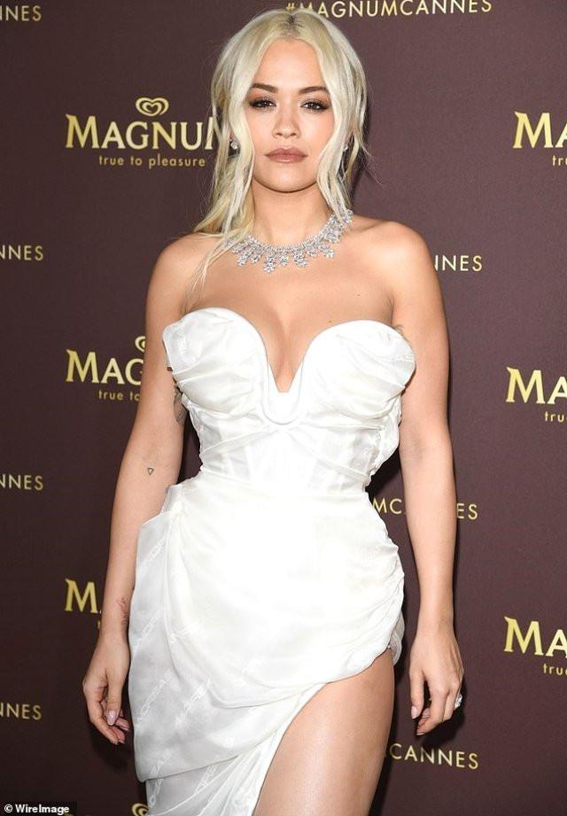Şarkıcı Rita Ora'nın 24 milyon TL'lik mücevheri uçakta unutuldu