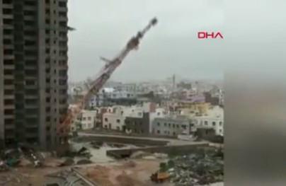 Dev vinç binaların üzerine devrildi