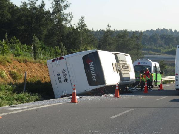 Ümraniye TEM bağlantı yolunda otobüs devrildi: 1 ölü, 15 yaralı