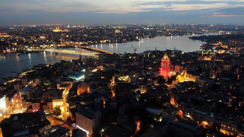 İstanbul kırmızı beyaza büründü