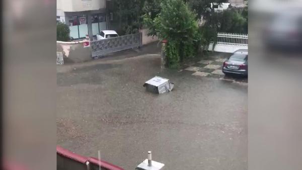 İstanbul'da korkulan oldu ! Yollar göle döndü, öğrenciler mahsur kaldı