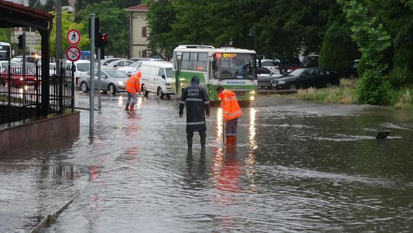 İzmit'te kuvvetli yağış ! Alt geçitleri su bastı