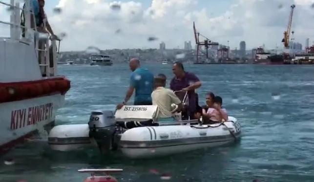 İstanbul'da can pazarı ! Kadıköy'de tekne alabora oldu