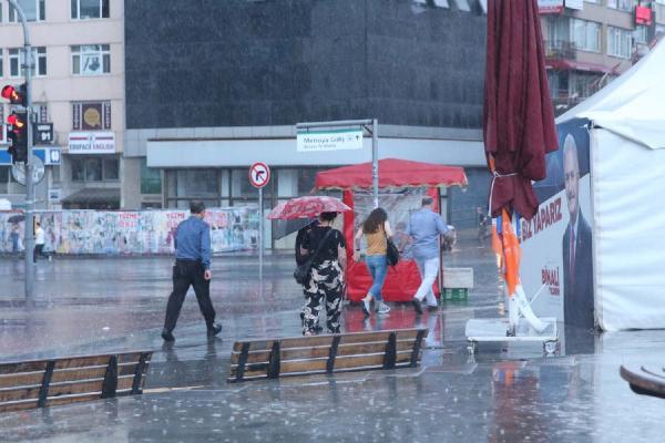 İstanbul'da yağmur hayatı felç etti ! Peş peşe kaza
